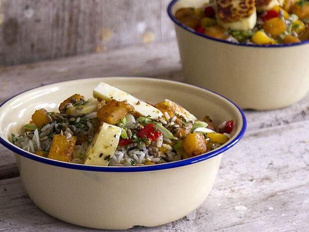 Συνταγή για σαλάτα με αγριόρυζο και χαλούμι από τον Άκη Πετρετζίκη