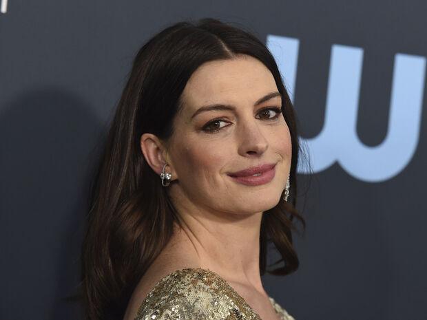 Η Anne Hathaway μόλις έκανε το απόλυτο κούρεμα του φετινού χειμώνα