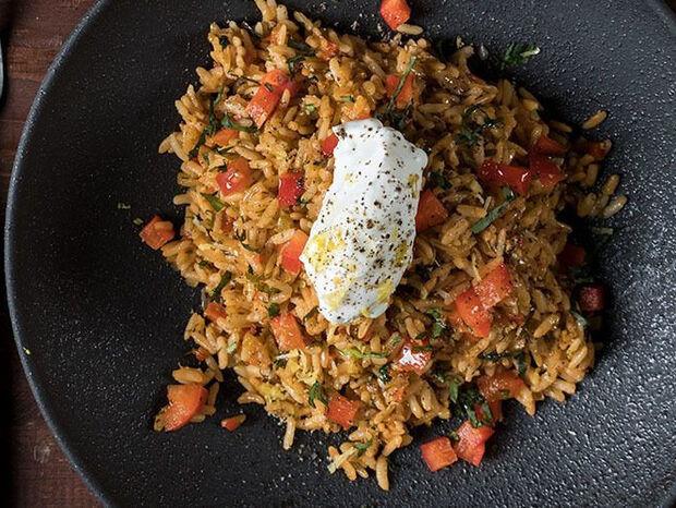 Συνταγή για κρεμμυδόρυζο με καστανό ρύζι από τον Άκη Πετρετζίκη