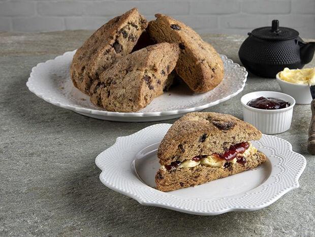 Συνταγή για scones με σοκολάτα και cranberries από τον Άκη Πετρετζίκη