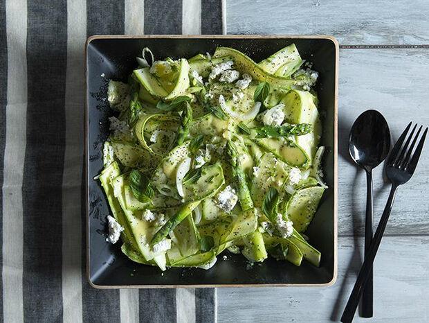 Συνταγή για σαλάτα με κολοκυθάκια και σπαράγγια από τον Άκη Πετρετζίκη