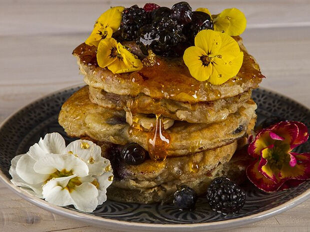 Συνταγή για pancakes με γιαούρτι και φρούτα από τον Άκη Πετρετζίκη