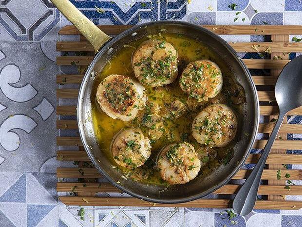 Συνταγή για χτένια με βούτυρο και λεμόνι από τον Άκη Πετρετζίκη