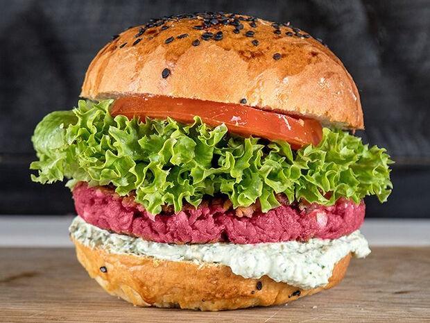 Συνταγή για burger με παντζάρι και φέτα από τον Άκη Πετρετζίκη