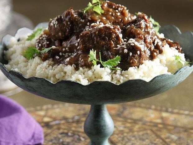 Συνταγή για μοσχάρι ταζίν με δαμάσκηνα από τον Άκη Πετρετζίκη