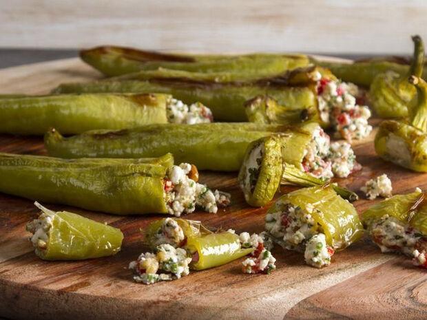 Συνταγή για γεμιστές πιπεριές με φέτα και κουκουνάρι από τον Άκη Πετρετζίκη