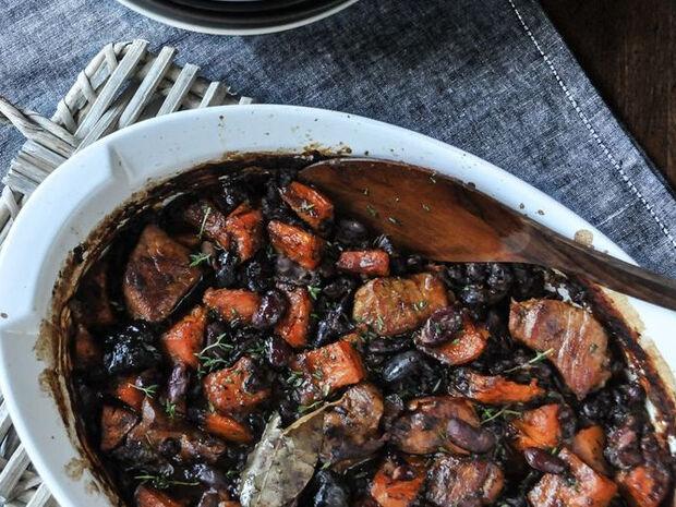 Συνταγή για χοιρινό με φασόλια στον φούρνο από τον Άκη Πετρετζίκη