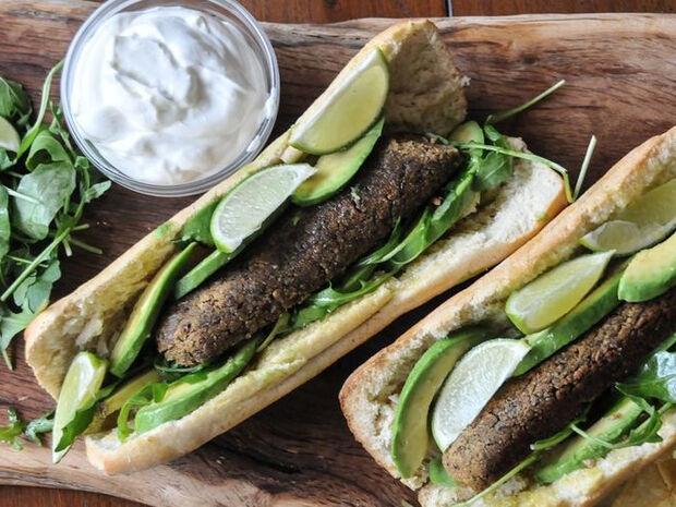 Συνταγή για sandwich με μπιφτέκια από φασόλια από τον Άκη Πετρετζίκη
