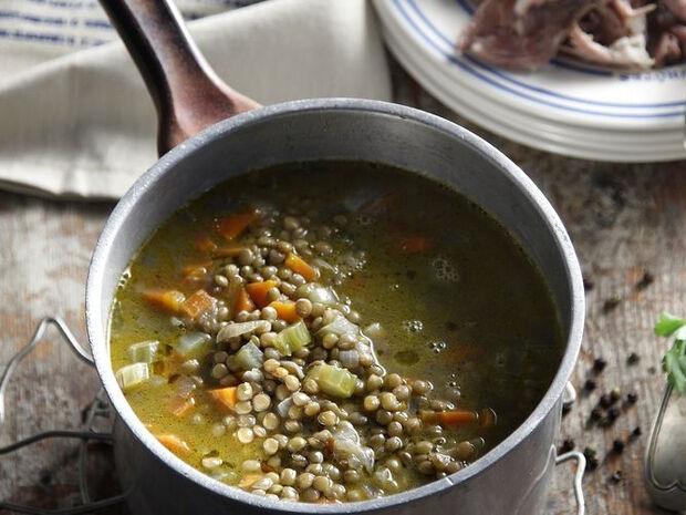 Συνταγή για σούπα με φακές και χοιρινό κότσι από τον Άκη Πετρετζίκη