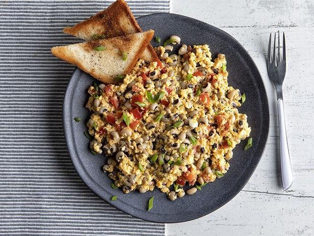Συνταγή για scrambled eggs με μαυρομάτικα φασόλια από τον Άκη Πετρετζίκη