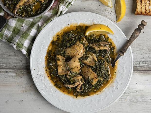 Συνταγή για σουπιές με σπανάκι από τον Άκη Πετρετζίκη