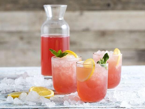 Συνταγή για σπιτική ροζ λεμονάδα από τον Άκη Πετρετζίκη