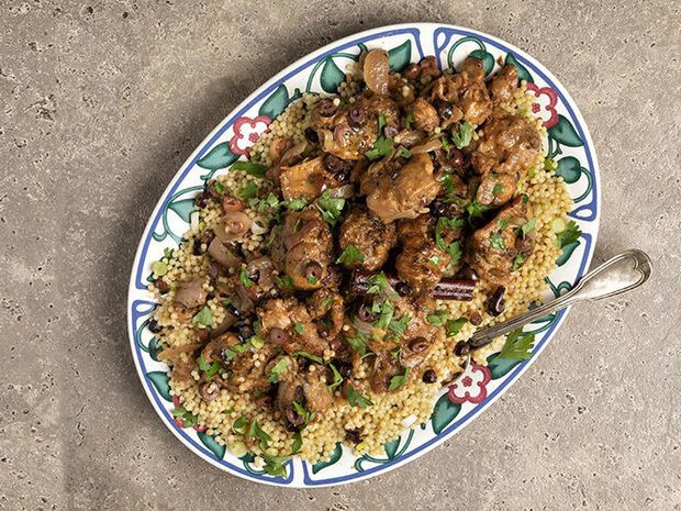 Συνταγή για κοτόπουλο με ελιές στην κατσαρόλα από τον Άκη Πετρετζίκη