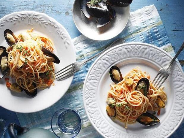 Συνταγή για σπαγγέτι με μύδια στο τηγάνι από τον Άκη Πετρετζίκη