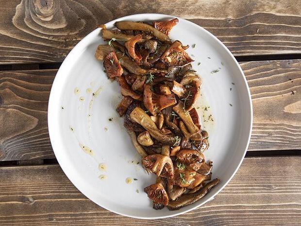 Συνταγή για άγρια μανιτάρια σοτέ από τον Άκη Πετρετζίκη