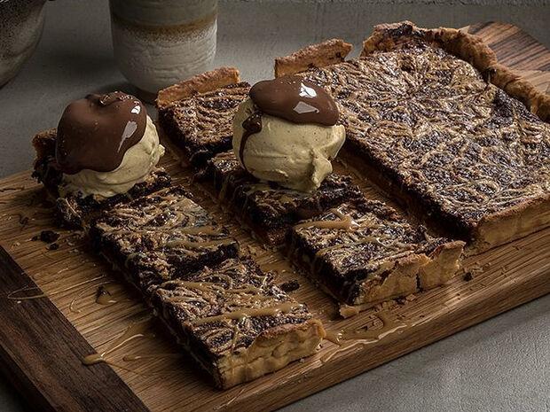 Συνταγή για τάρτα διπλής σοκολάτας και καραμέλας από τον Άκη Πετρετζίκη