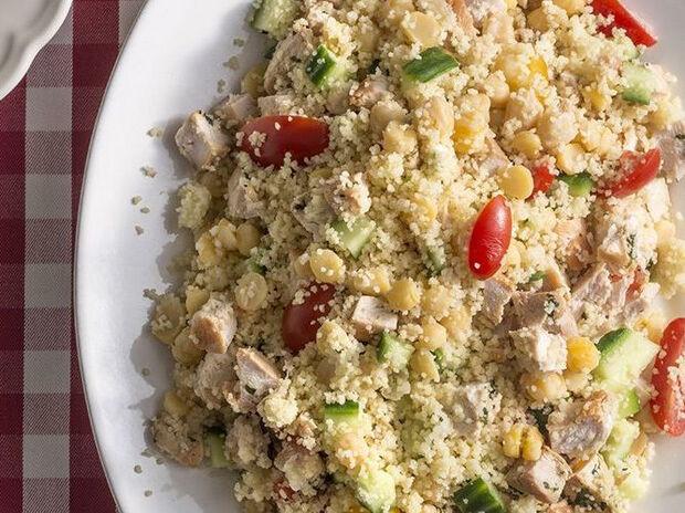 Συνταγή για σαλάτα με κοτόπουλο, κουσκούς και ρεβίθια από τον Άκη Πετρετζίκη