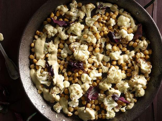 Συνταγή για ψητό κουνουπίδι με ρεβίθια από τον Άκη Πετρετζίκη