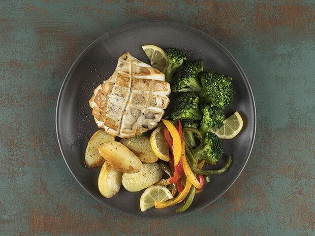 Συνταγή για ψητές σουπιές με λαχανικά από τον Άκη Πετρετζίκη