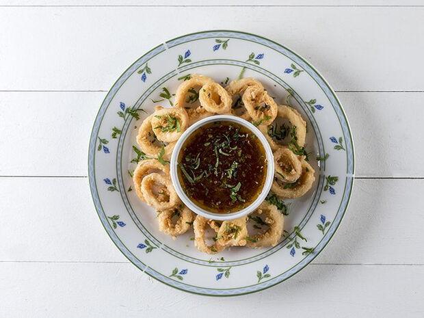 Συνταγή για καλαμαράκια τηγανητά με πικάντικη σάλτσα από τον Άκη Πετρετζίκη