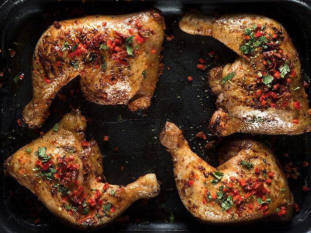 Συνταγή για κοτόπουλο ψητό με πικάντικη μαρινάδα από τον Άκη Πετρετζίκη