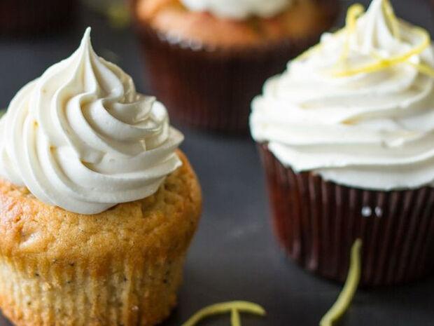 Συνταγή για cupcakes με λεμόνι και frosting λεμονιού από τον Άκη Πετρετζίκη