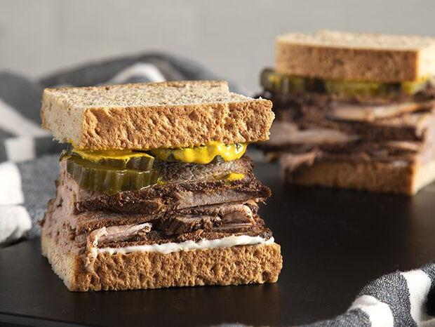 Συνταγή για σάντουιτς με μοσχαρίσιο παστράμι από τον Άκη Πετρετζίκη