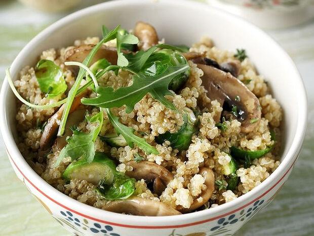 Συνταγή για κινόα με μανιτάρια και λαχανάκια Βρυξελλών από τον Άκη Πετρετζίκη