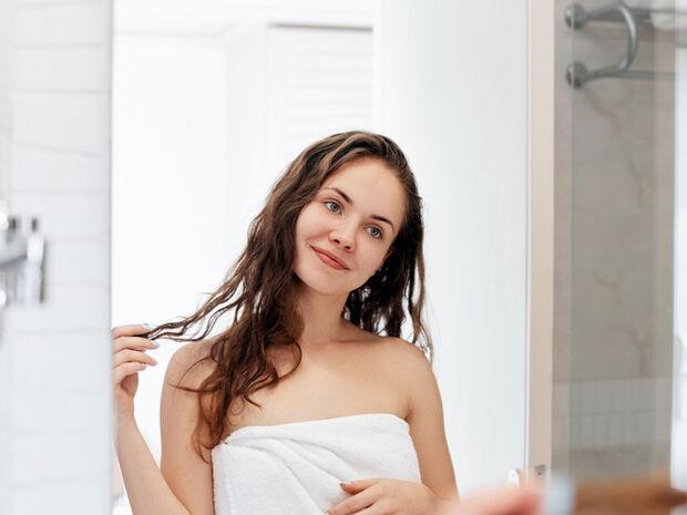 Βρεγμένα μαλλιά: 5 σοβαρά λάθη που πρέπει να αποφεύγετε (εικόνες)