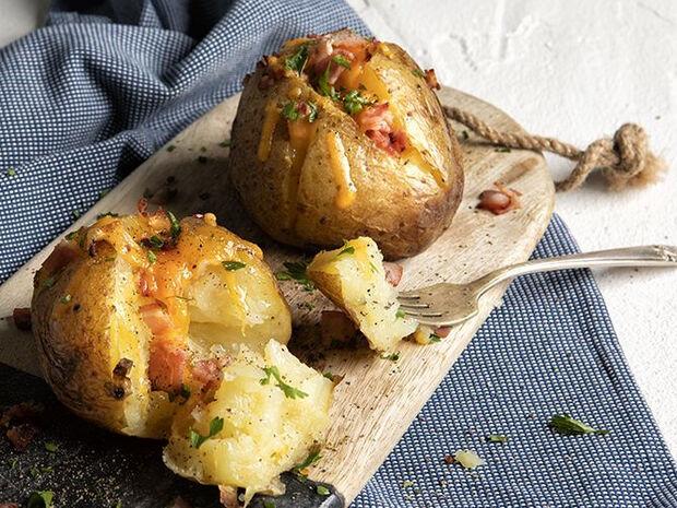 Συνταγή για πατάτες jacket από τον Άκη Πετρετζίκη