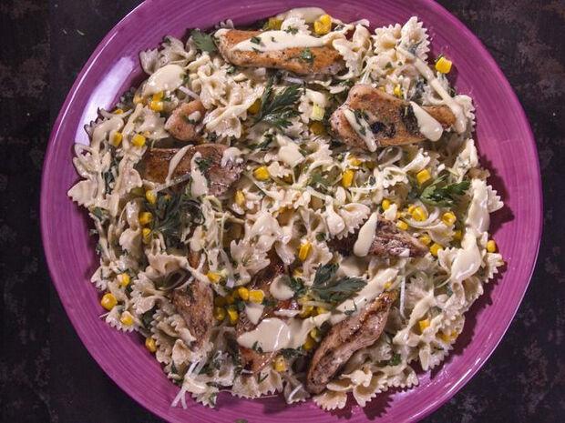 Συνταγή για σαλάτα με ζυμαρικά και κοτόπουλο από τον Άκη Πετρετζίκη