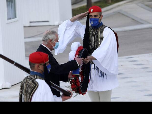 25η Μαρτίου: Δάκρυσε ο πρίγκιπας Κάρολος στην κατάθεση στεφάνων