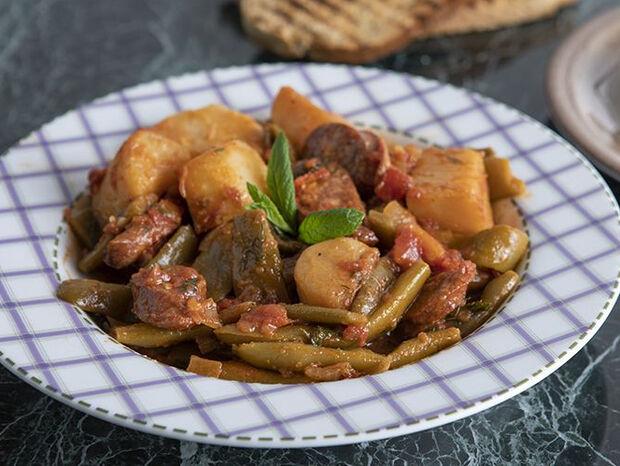 Συνταγή για φασολάκια κοκκινιστά με λουκάνικο από τον Άκη Πετρετζίκη