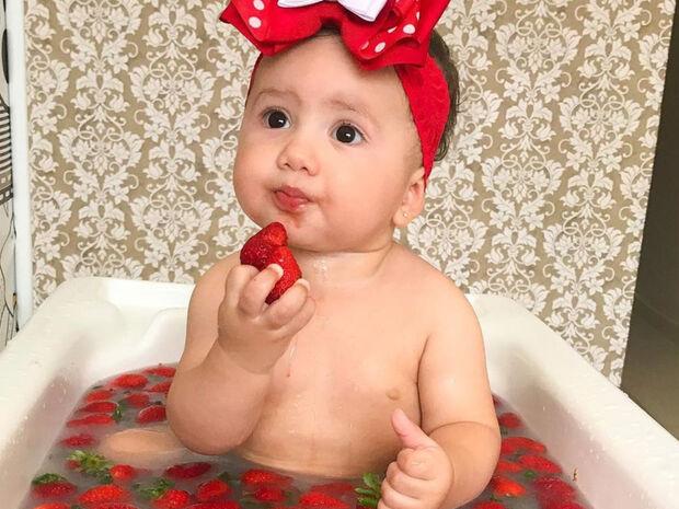 Μωράκι λατρεύει τα φρούτα και φωτογραφίζεται μαζί με αυτά