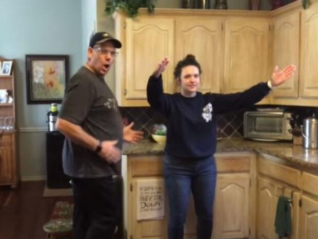 Με αυτό το βίντεο μπαμπάς και κόρη έγιναν viral (vid)