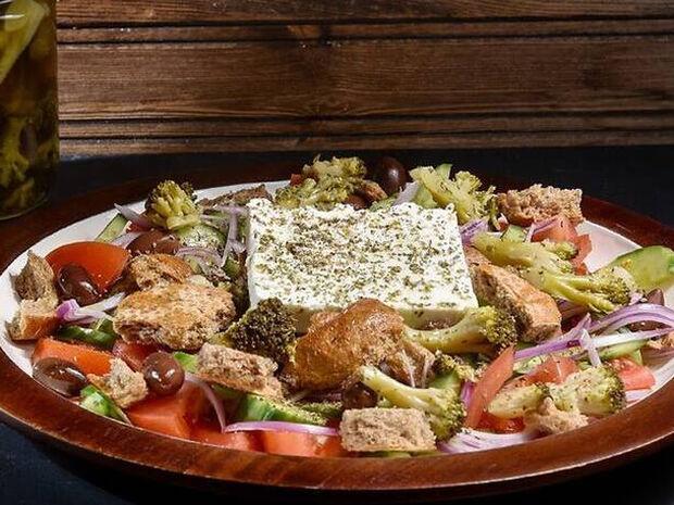 Συνταγή για μπρόκολο τουρσί με σαλάτα από τον Άκη Πετρετζίκη