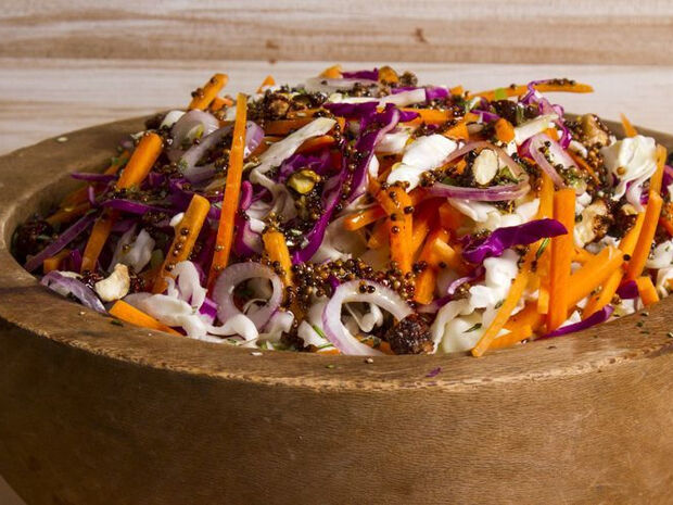 Συνταγή για Σαλάτα λάχανο με καραμελωμένους ξηρούς καρπούς από τον Άκη Πετρετζίκη