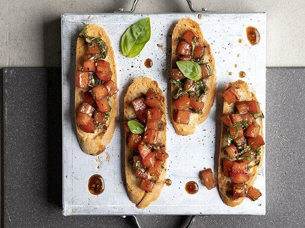 Συνταγή για μπρουσκέτες με ντομάτα από τον Άκη Πετρετζίκη