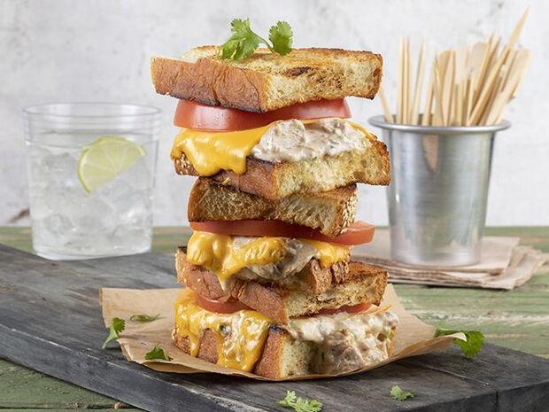 Συνταγή για tuna melt sandwich από τον Άκη Πετρετζίκη