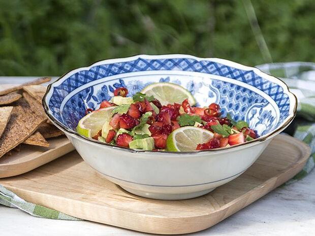 Συνταγή για σαλάτα με αβοκάντο, φράουλες και γλυκές τορτίγιες από τον Άκη Πετρετζίκη