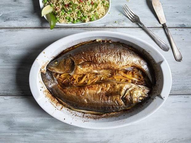 Συνταγή για λαβράκι με λαχανικά και κους κους από τον Άκη Πετρετζίκη