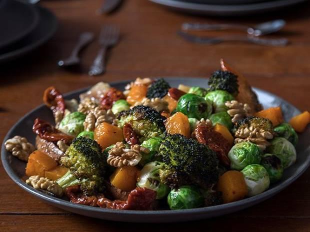 Συνταγή για σαλάτα με ψητά λαχανικά από τον Άκη Πετρετζίκη