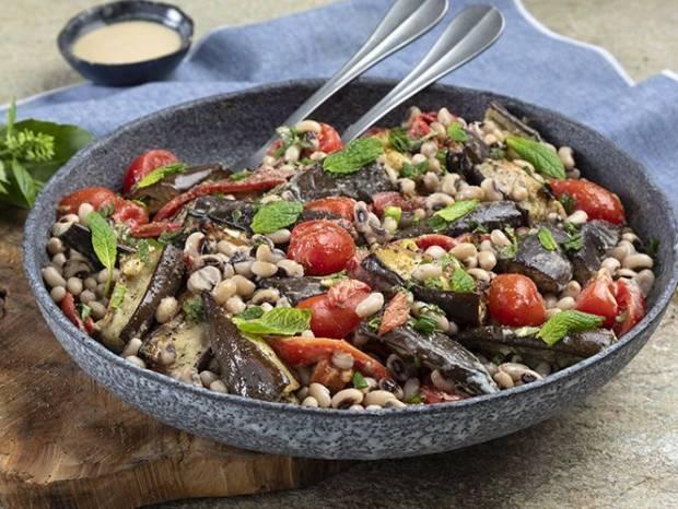 Συνταγή για σαλάτα με μαυρομάτικα και μελιτζάνες από τον Άκη Πετρετζίκη