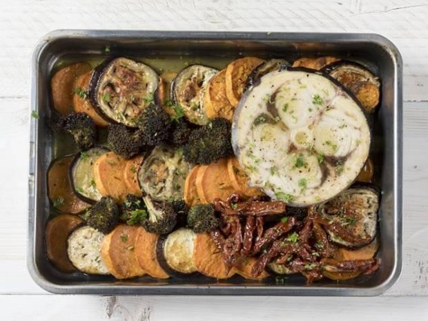 Συνταγή για ψητό ξιφία με λαχανικά από τον Άκη Πετρετζίκη