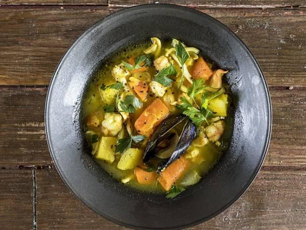 Συνταγή για σούπα θαλασσινών με λαχανικά από τον Άκη Πετρετζίκη