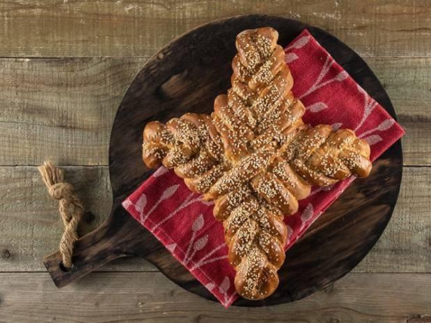 Συνταγή για ψωμί σταυρός από τον Άκη Πετρετζίκη