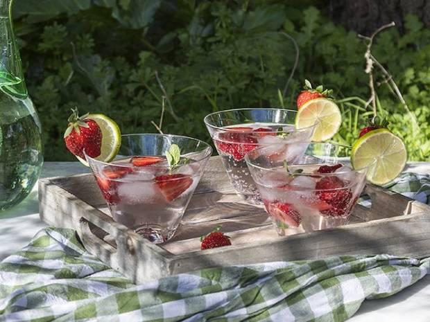 Συνταγή για τζιν με φράουλες και λάιμ από τον Άκη Πετρετζίκη