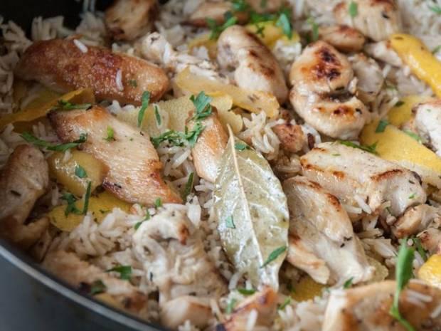 Συνταγή για κοτόπουλο λεμονάτο με ρύζι από τον Άκη Πετρετζίκη