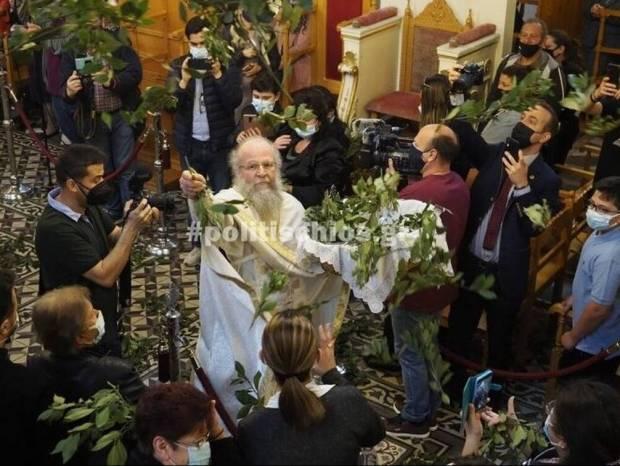 Χίος: O «ιπτάμενος» ιερέας έκλεψε και πάλι την παράσταση στην πρώτη Ανάσταση (vids)