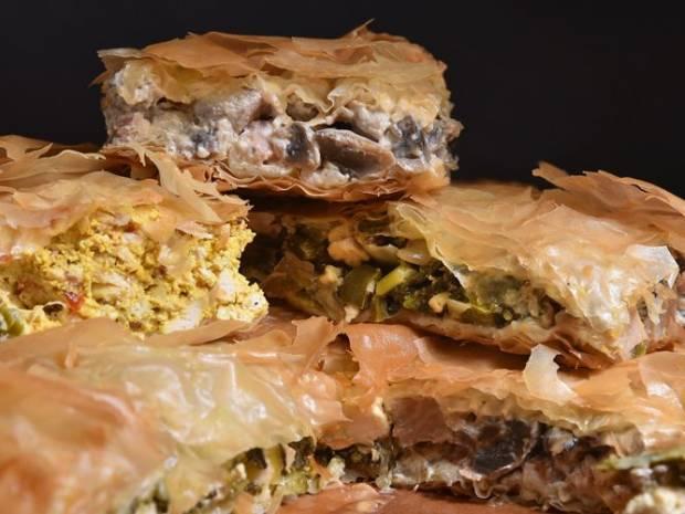Συνταγή για πίτα με τρεις γεμίσεις από τον Άκη Πετρετζίκη